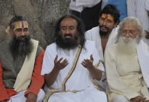 VHP, Ayodhya 'sants' want Sri Sri out of Ram Janmabhoomi issue