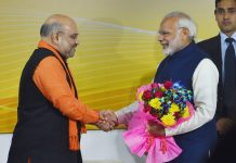 Narendra Modi being greeted by BJP President Amit Shah at a felicitation function