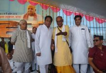 Congress leaders Digvijaya Singh (second from right) and Kamal Nath (third from right)