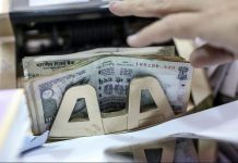 Bank rupee notes being counted | Bloomberg