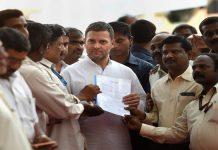 Congress President Rahul Gandhi with the employees of Hindustan Aeronautics Ltd in Bengaluru   Shailendra Bhojak/PTI