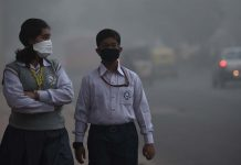 School children leaving for school amid heavy smog in New Delhi | Burhaan Kinu/Hindustan Times via Getty Images