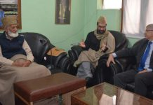 Hurriyat leaders Syed Ali Shah Geelani (L) and Mirwaiz Umar Farooq (C) with Kjell Magne Bondevik (R), former Norwegian prime minister   @MirwaizKashmir /Twitter