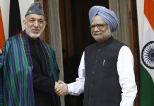 Afghanistan President Hamid Karzai (L) shakes hand with Prime Minister Manmohan Singh | Vipin Kumar / Getty Images