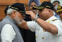 Prime Minsiter Narendra Modi with the crew of INS Arihant | @narendramodi/Twitter