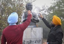 Youth Akali Dal members blacken the statue of Rajiv Gandhi in Ludhiana | PTI