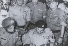 Lt Gen Niazi signing the Instrument of Surrender beside Lt Gen Aurora, Dhaka | Commons