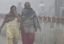 Women try to protect themselves from heavy smog and air pollution | PTI