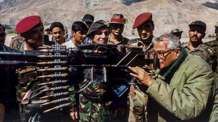ile photo of George Fernandes taking a view through a heavy machine gun, seized from the Pakistan army in Kargil | PTI