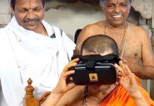Paryaya Shri Vidyadheesha Theertha Swami trying on Virtual Reality headset